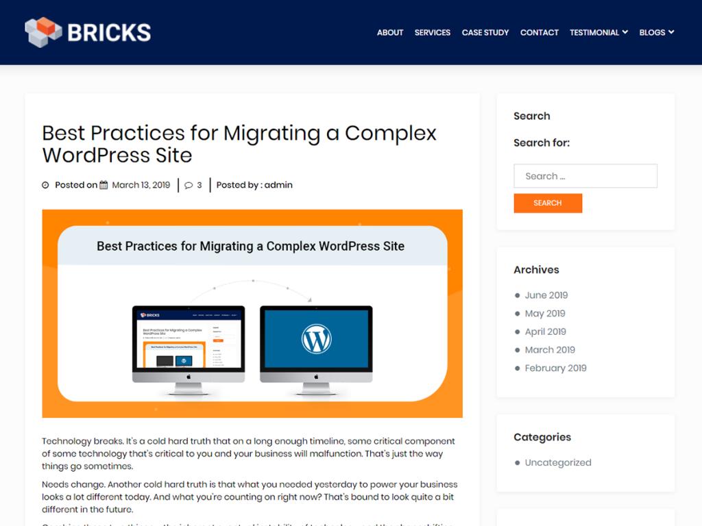 Ett WordPress tema i blått och vitt med orangea detaljer. Temat har en menu och logotyp längst upp på sidan, och en sidopanel till höger.